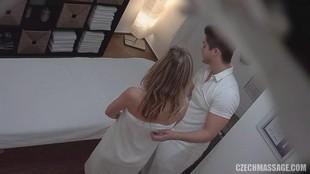 seks-v-uniforme-skritaya-kamera-smotret-onlayn-klub-trahayushih-devchonki